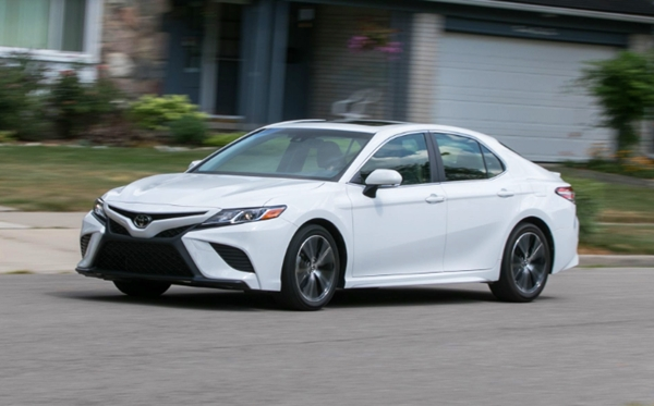 2020 Toyota Camry SE Hybrid Canada Review